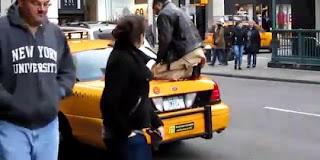 Supir Taksi Amerika Ini Shalat Diatas Taksi