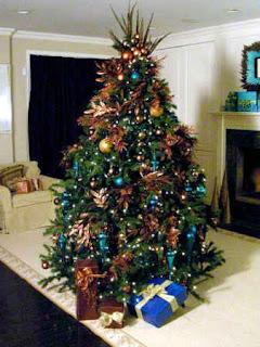 Un arbol de navidad junto a un par de regalos - 2012