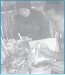 Salah satu contoh kegiatan ekonomi yang dilakukan oleh rumah tangga konsumsi. Sumber: Kompas, 11 Agustus 2006
