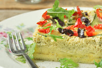Pastel de calabacin con olivas negras y tomates