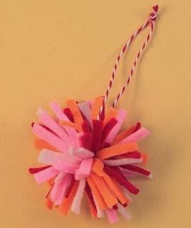 http://lasmanualidades.imujer.com/6863/adornos-navidenos-para-el-arbol-en-fieltro