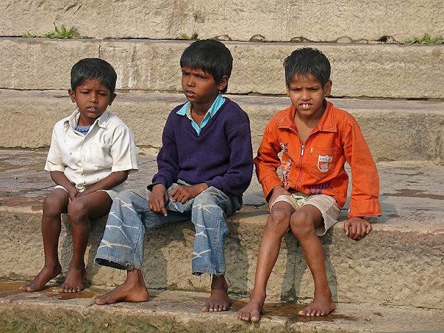 Enfants sur les marches d'un ghât