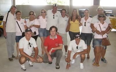 Doze cariocas e um paulista de vermelho: além dos quatro MPs que percorreram mais de 600 quilômetros para participar do evento, três carros convencionais acompanharam a comitiva.