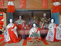 源氏枠飾りや内裏雛と三人官女があった。