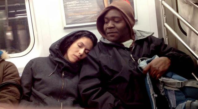 Cómo reacciona la gente cuando desconocidos se duerma en ellos en el metro
