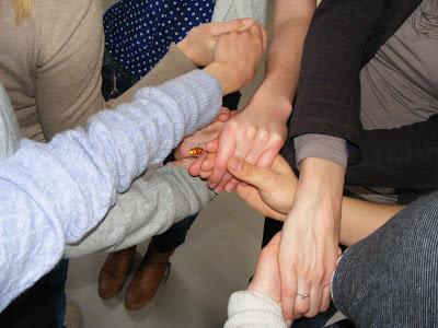 Lauter Hände verknotet miteinander, ein Knäuel von Menschen ...