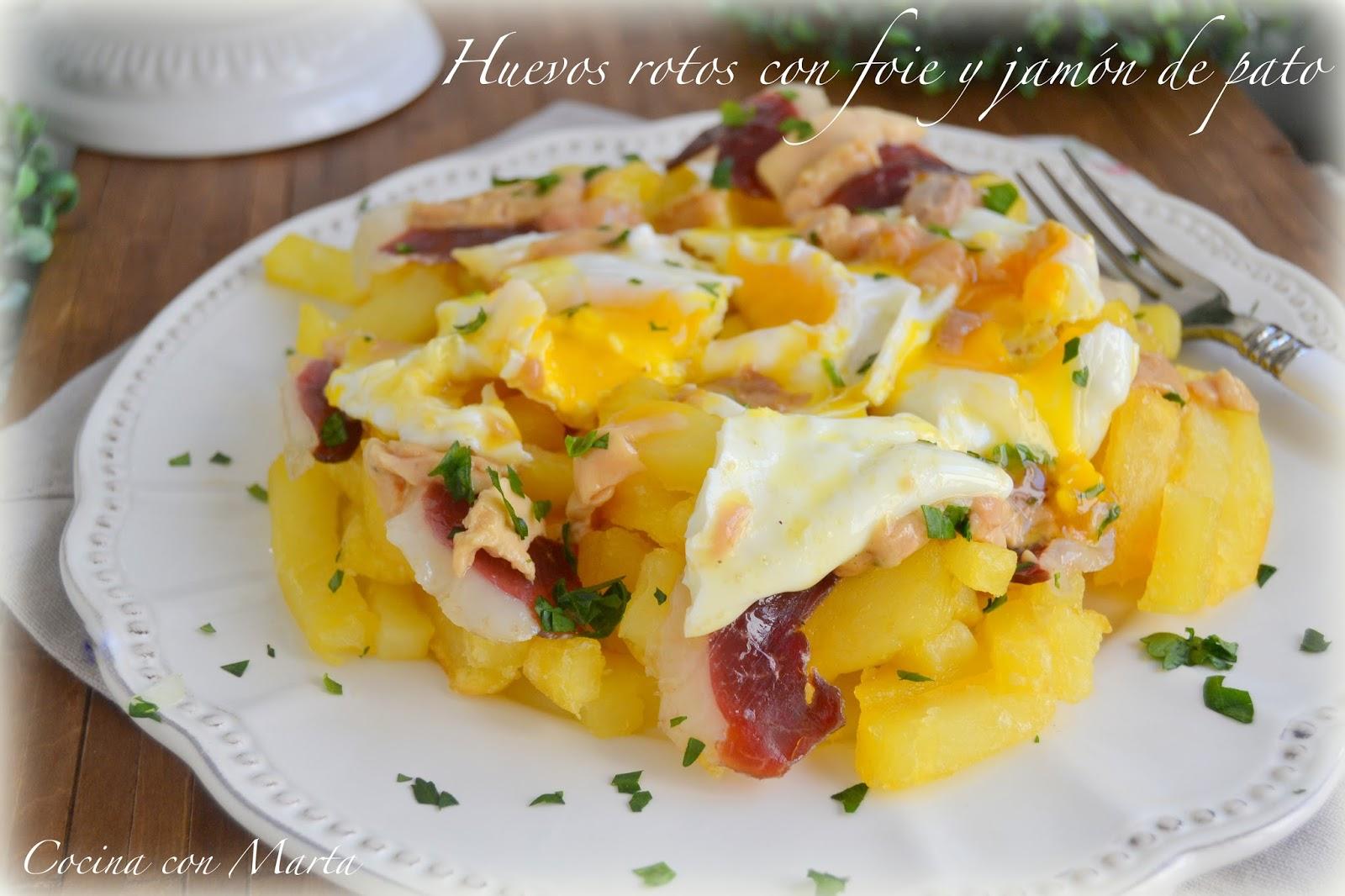 Huevos rotos con patatas, foie mi-cuit y jamón de pato. Receta casera, fácil y rápida