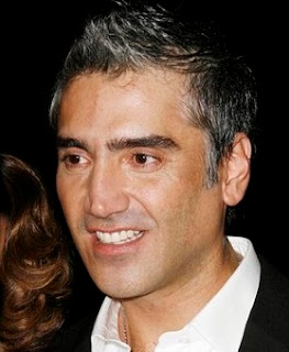 Alejandro Fernandez mide 1,80 metros.