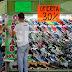 Vendedor de zapatos ahuyenta compradores en un intento de atraerlos