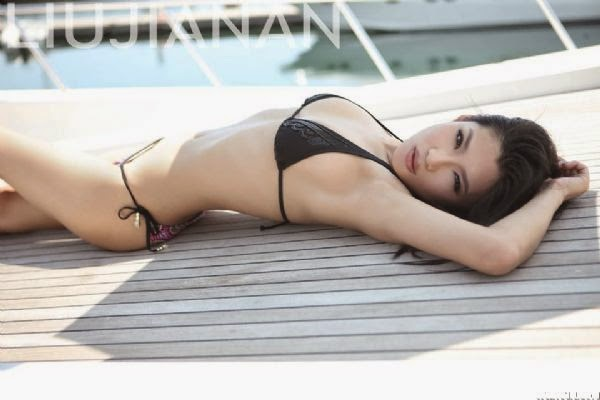 sexy-chinese-girls-in-bikini-on-boat