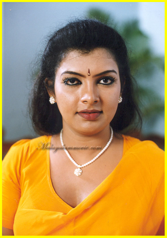 Sajini Photos http://review-filmnews.blogspot.com/2012/02/mallu-sajini-in-yellow-saree.html