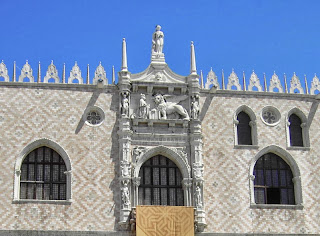 Venetië, gebouwen met aedicula kapelletjes