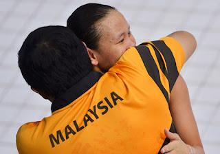 GEMBIRA...Pandelela memeluk jurulatihnya, Yang Zhuliang selepas memenangi pingat gangsa.
