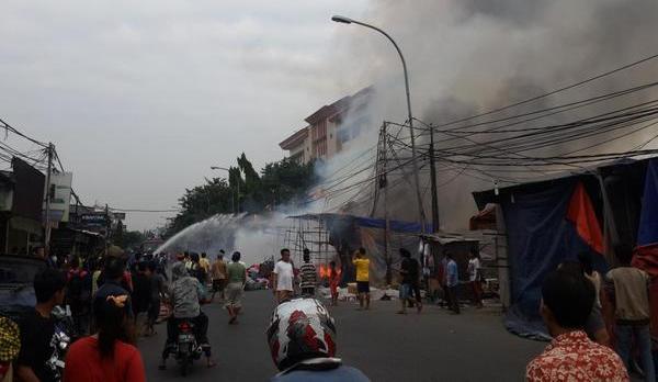 10 kios semi permanen ludes terbakar di Teluk Gong