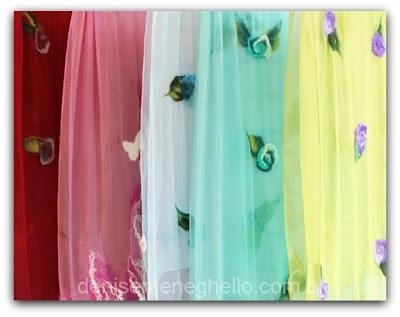 Imagem de echarpes de seda com aplicações em flores lã feltradas executadas pela artesã Denise Meneghello