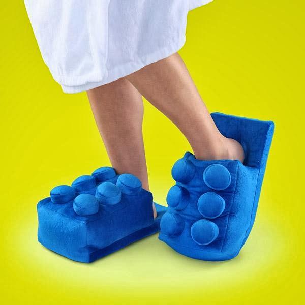 Тапочки в стиле деталек конструктора Lego согреют ваши ноги не хуже тапок-зайчат и кошечек.