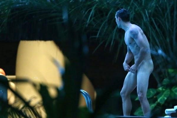 Jogadores croatas pelados na piscina