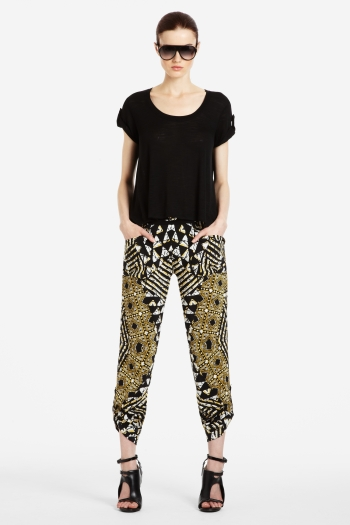 BCBG mud cloth inspired pants- Patalon en bogolan par BCBG- See more on ciaafrique.com #Mali #bogolan #mudcloth