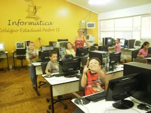 Os alunos no Laboratório de Informática