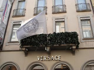 Butik Versace w Milan - Włochy, z charakterystycznym logo.