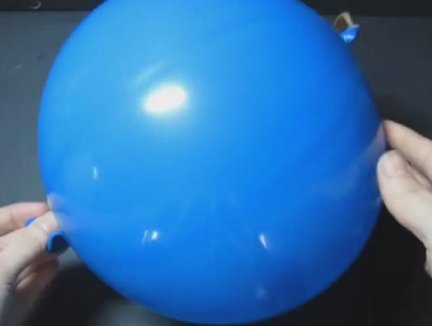 luego hacemos un disco redondo de papel con un agujero en la parte central por ese agujero deberemos pasar la boquilla del globo pues este disco nos