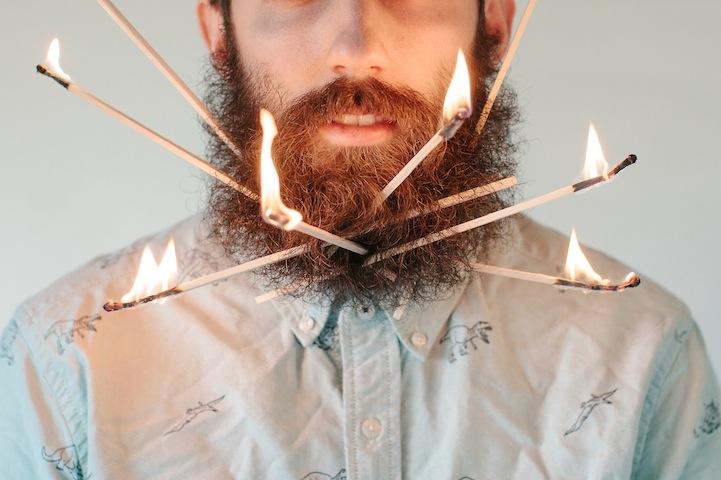 Hilarantes fotos de un hombre con objetos aleatorios en su barba