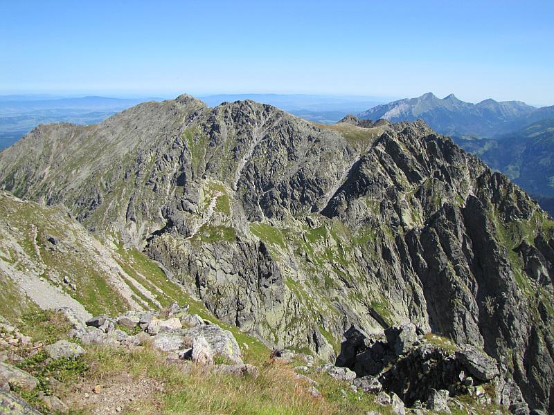Ciąg dalszy Orlej Perci widoczny ze stoków Pośredniego Granata biegnący przez Buczynowe Turnie. Na horyzoncie widoczne są również Tatry Bielskie.