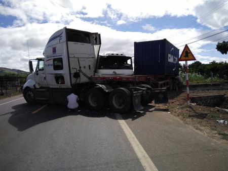 Gia Lai: Xe tải tông gãy đôi xe đầu kéo