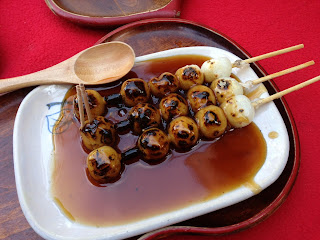 京都下鴨神社近くの加茂みたらし茶屋のみたらし団子の画像