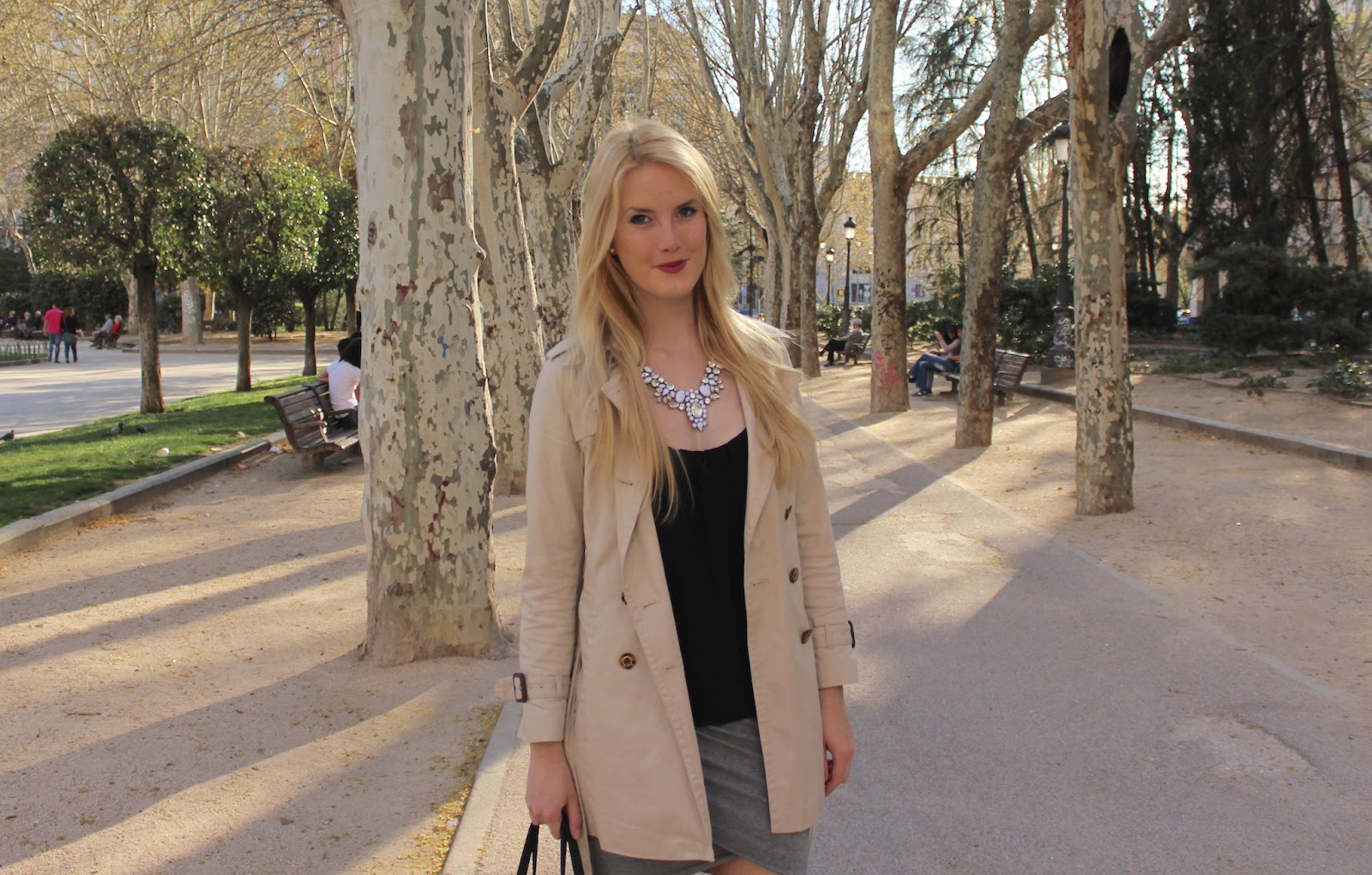 TheBlondeLion Look Trench Statement Necklace Skirt Michael Kors Madrid Plaza Espana http://www.theblondelion.com/2015/04/look-statement-necklace-madrid-plaza-espana.html