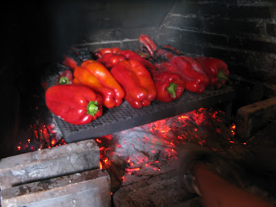 asando pimientos al fuego