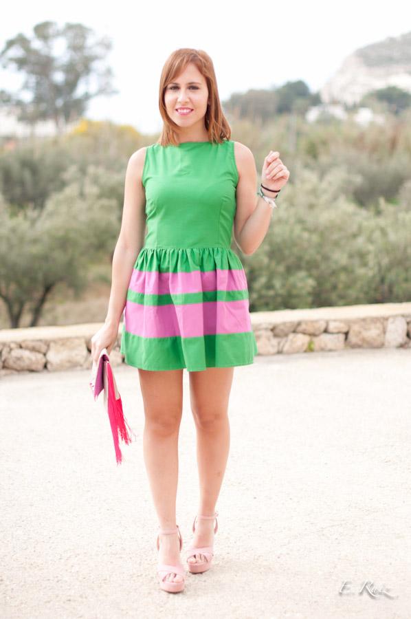 Vestido verde con zapatos rosas