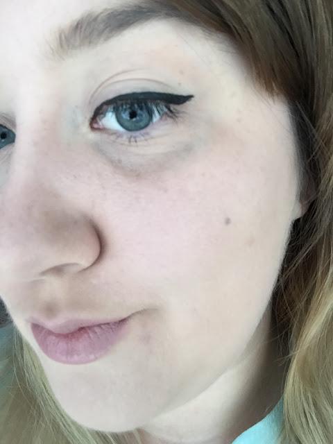 mua eyeliner