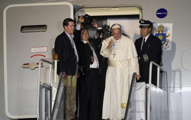 Um homem invade pista de aeroporto para atacar o papa for Francisco peluqueros porto pi