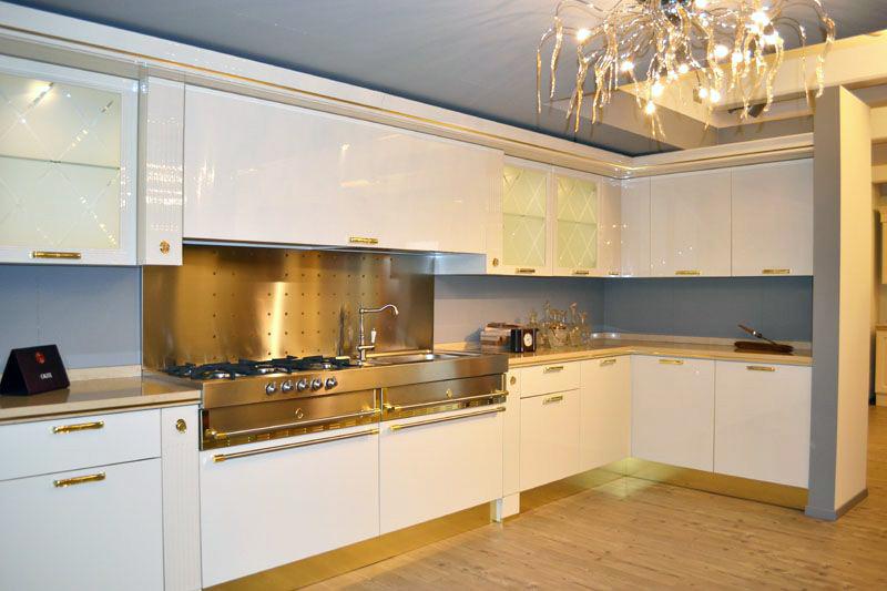El componente dorado en la cocina un paseo a otra poca - Cocina blanca con encimera blanca ...