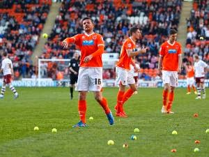 [FOTO] KRONOLOGIS PEMAIN BLACKPOOL DILEMPARI BOLA TENNIS DAN JERUK Hasil Pertandingan Blackpool VS Burnley 2014