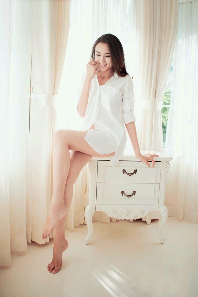 Ngắm Diễm Hương trắng xinh gợi cảm với sơ mi trắng