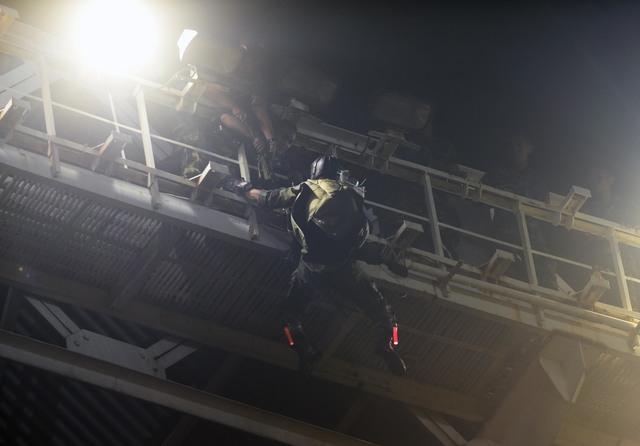 Seorang penerjun payung tersangkut di atap stadion GBK
