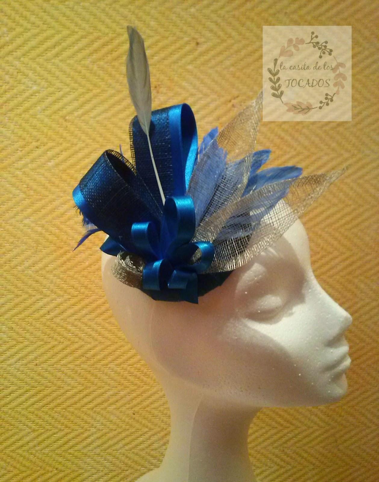 tocado para boda realizado por encargo en colores azulón y plata con sinamay, cinta de raso y plumas