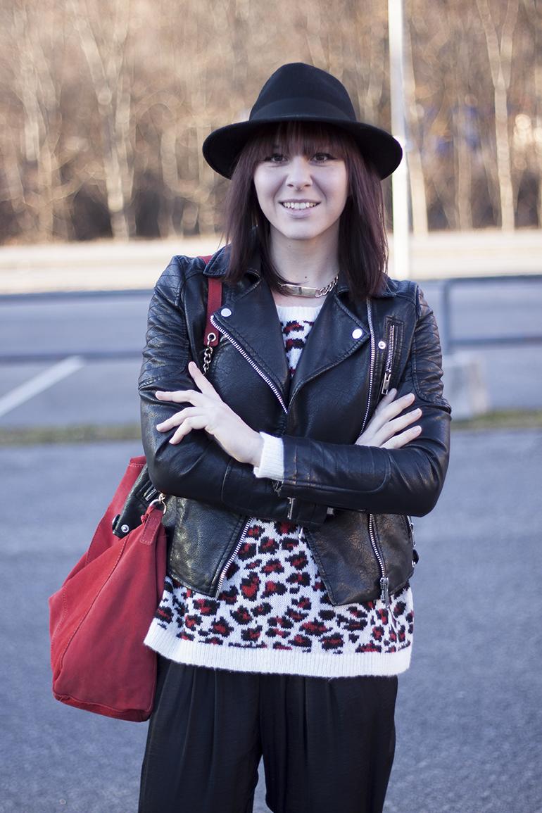 outfit-fashionblogger-leo-pullover-mango-hose-zara-pumps-gold-tasche-kette-lederjacke-hut-kombinieren