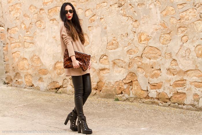 Blogger con pantalones de piel negros de Muubaa