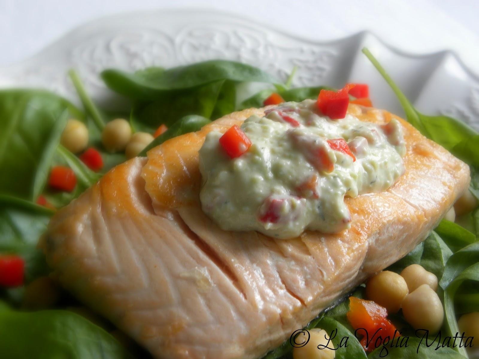 salmone con salsa all'avocado e peperoni