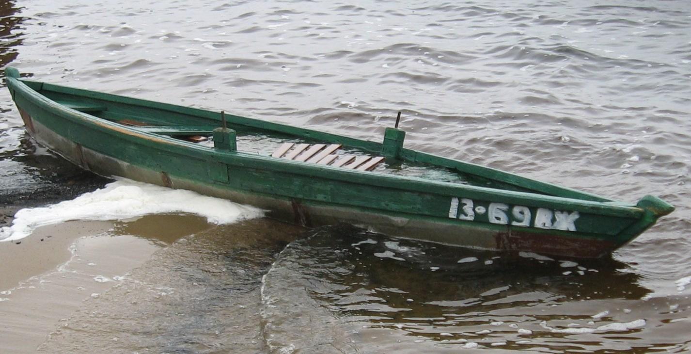 Лодку залило водой