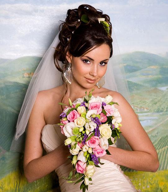 Свадебная прическа на длинные волосы с фатой брюнетка