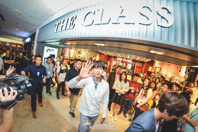JungShin waving good bye to the crowd
