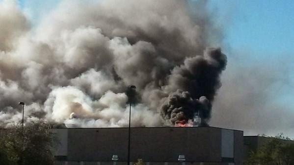 HAY CUATRO MUERTOS: Avión se estrella contra edificio en Estados Unidos
