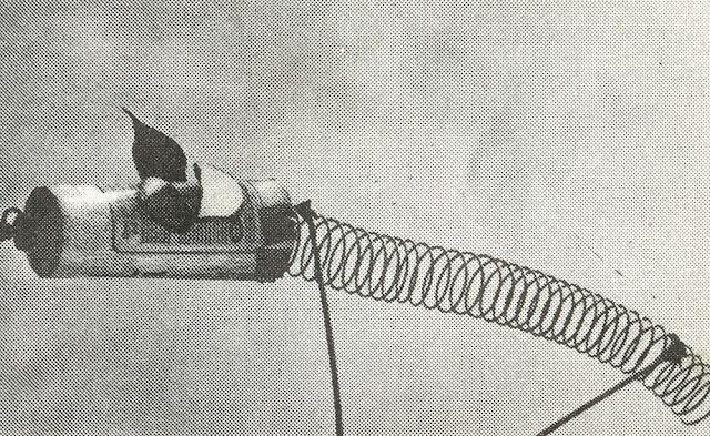Do It Yourself :marionenette à tige - 1972 chat Les marionnettes d'animaux auront 2 tiges : l'une pour les pattes de devant qui passera dans le cou et la tête, et une autre pour les pattes de derrière. La colonne vertébrale du chat de notre illustration a été réalisée avec de la corde autour de laquelle on a entortillé du papier de soie.  Trouve un camarade pour t'aider et tu pourras confectionner une créature fantastique trois fois plus longue animée par 4 tiges. Si vous êtes plusieurs, il vous sera possible, ô merveille ! de créer un animal fantastique, six fois plus long, chaque opérateur maniant 2 tiges. Bien sûr, une scène de longueur adaptée sera nécessaire.....  Un élastique résistant ou un vieux ressort mû par des ficelles te permettra de créer un animal extensible dont le corps sera constitué par une recharge plastique pour rouleau à peinture, traversée par une grosse corde.  Essaie de faire des marionnettes-oiseaux, d'autres représentant des insectes. Fixe-les à l'extrémité d'un long bâton mince ou d'un fil de fer raide pour donner aux spectateurs l'impression qu'ils volent sur scène. cat puppet puppets marionnettes 1970 70s 1970s 1970's 70's seventies diy années 70