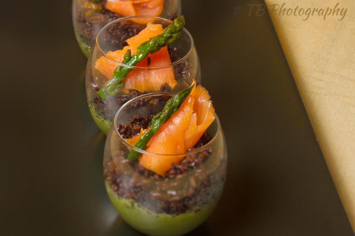 bicchierini di riso venere con salmone affumicato e crema di asparagi