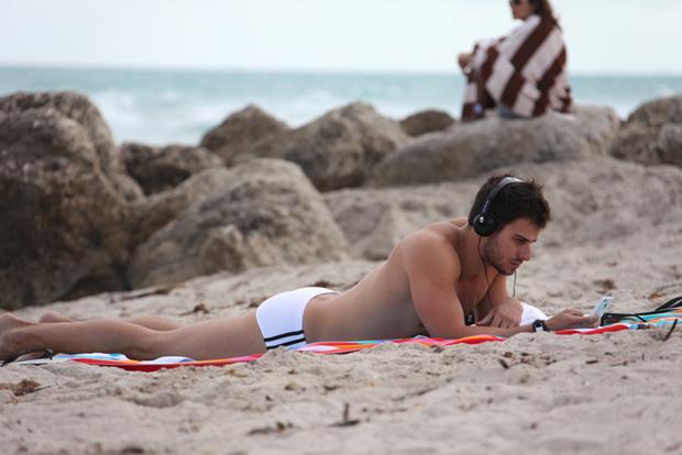 Ouvindo música, Lucas Malvacini relaxa em Miami Beach