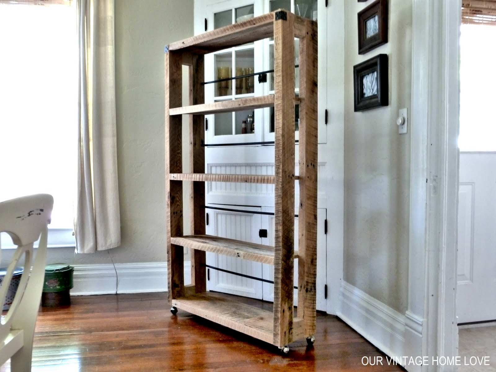 Our vintage home love salvaged wood shelving - Etagere avec palette bois ...